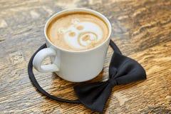 Kaffeetasse und Fliege Lizenzfreie Stockbilder