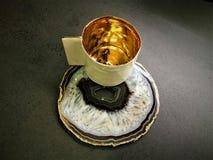 Kaffeetasse und Gold Stockbild
