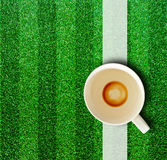 Kaffeetasse und Gras. Stockfotografie