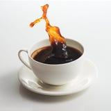 Kaffeetasse und großes Spritzen Lizenzfreie Stockbilder