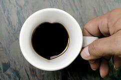 Kaffeetasse und Hände: Herzzeichen Stockfotos