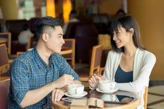 Kaffeetasse und handliche geöffnete Überausgabe Lizenzfreies Stockfoto