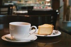 Kaffeetasse und Käsekuchen in der Kaffeestube Lizenzfreie Stockfotos