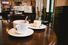 Kaffeetasse und Käsekuchen in der Kaffeestube Lizenzfreie Stockbilder