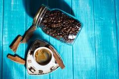 Kaffeetasse und Kaffee im boutle Stockbilder