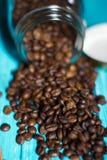 Kaffeetasse und Kaffee im boutle Stockfotos
