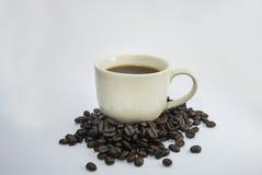 Kaffeetasse und Kaffeebohnen Stockbild