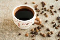 Kaffeetasse und Kaffeebohnen Stockfotos