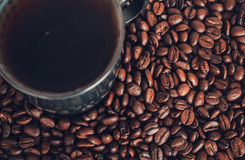 Kaffeetasse und Kaffeebohnen Stockfoto