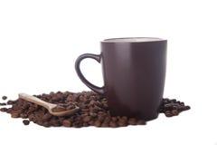 Kaffeetasse und Kaffeebohnen auf Weiß Lizenzfreies Stockfoto