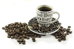 Kaffeetasse und Kaffeebohnen, die auf weißen Hintergrund legen stockbild