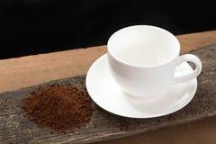 Kaffeetasse und Kaffeepulver auf Holz Stockbilder