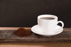 Kaffeetasse und Kaffeepulver auf Holz Stockfotos