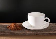 Kaffeetasse und Kaffeepulver auf Holz Lizenzfreies Stockfoto