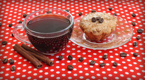 Kaffeetasse und Kuchen auf Saucer Lizenzfreies Stockbild