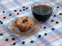 Kaffeetasse und Kuchen auf Saucer Lizenzfreies Stockfoto