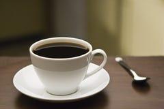 Kaffeetasse und Löffel lizenzfreie stockfotos
