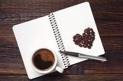 Kaffeetasse und Notizblock Lizenzfreie Stockfotos