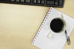 Kaffeetasse und Pen On Desk Lizenzfreie Stockbilder