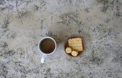 Kaffeetasse und Plätzchen auf Tabelle stockfoto