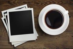 Kaffeetasse- und Polaroidfotorahmen auf hölzernem Stockfotografie