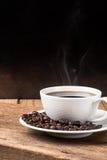 Kaffeetasse und Saucer auf einer hölzernen Tabelle Stockbilder