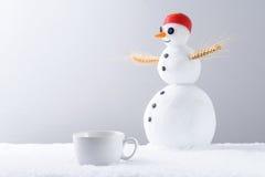 Kaffeetasse und Schneemann Stockfoto