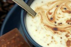 Kaffeetasse und Schokolade Stockfoto