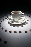 Kaffeetasse und Spirale der Körner Stockfotos
