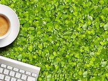 Kaffeetasse und Tastatur Stockfoto