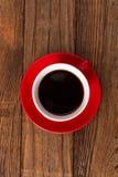Kaffeetasse und untertasse auf Holztisch. Stockfotografie