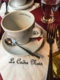 Kaffeetasse und untertasse bei Le Cadre Noir, Paris-Restaurant Lizenzfreie Stockbilder