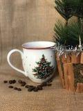 Kaffeetasse und Weihnachtsdekor Lizenzfreies Stockfoto