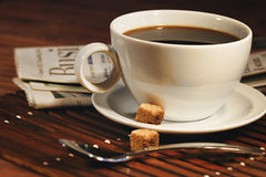 Kaffeetasse und Zeitung stockfotografie