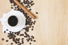 Kaffeetasse und Zigarre lizenzfreies stockfoto