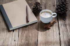 Kaffeetasse und Zimtstangen Lizenzfreies Stockbild