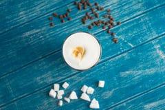 Kaffeetasse und Zucker Stockfotografie