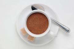 Kaffeetasse voll gemahlener Kaffee gegen weißen Hintergrund, Draufsicht mit Raum für Text Lizenzfreie Stockfotos