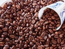 Kaffeetasse vom dünnen Porzellan gegen die Hintergrundkörner Stockfoto