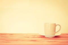 Kaffeetassebecher auf Holztisch, Romance und Liebeshintergrund Lizenzfreie Stockfotos