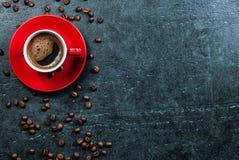 Kaffeetassehintergrund mit Draufsicht der Kaffeebohnen Stockfoto