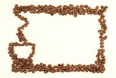 Kaffeetassemuster bilden durch Kaffeebohne Stockbilder
