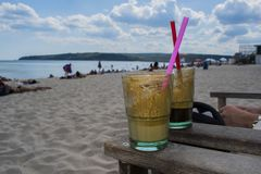 Kaffeetassen auf dem Strand Lizenzfreies Stockfoto