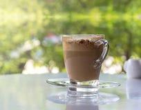 Kaffeetassen auf der Tabelle Stockbild