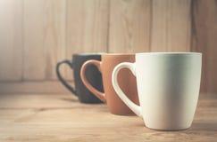 Kaffeetassen auf einem hölzernen Hintergrund Lizenzfreies Stockbild