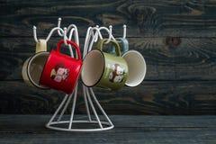 Kaffeetassen auf einem weißen Aufhänger Lizenzfreies Stockfoto