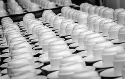 Kaffeetassen auf einer Tabelle Stockfotos