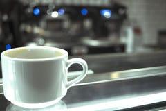 Kaffeetassen auf Glaszähler Stockfotos