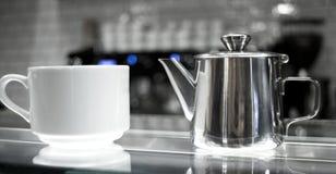 Kaffeetassen auf Glaszähler Lizenzfreie Stockfotografie