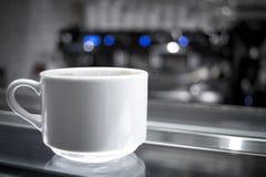 Kaffeetassen auf Glaszähler Lizenzfreies Stockbild
